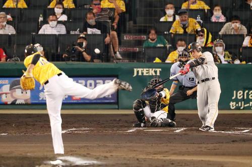 阪神対巨人 6回表巨人2死一、三塁、岡本は右越え適時二塁打を放つ(撮影・加藤哉)