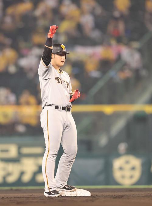 阪神対巨人 6回表巨人2死一、三塁、右越え2点適時二塁打を放ちガッツポーズを見せる岡本(撮影・河野匠)
