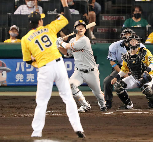 阪神対巨人 6回表巨人2死二塁、大城は左前適時打を放つ(撮影・加藤哉)