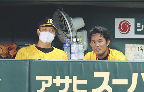 阪神対巨人 6回表を終え、ベンチで福原コーチ(左)と言葉を交わす藤浪(撮影・河野匠)
