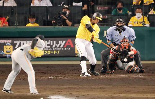 阪神対巨人 8回裏阪神1死満塁、糸井は遊ゴロを放ち得点を挙げる(撮影・加藤哉)