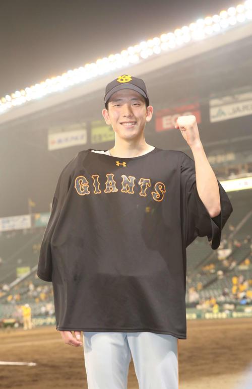 阪神対巨人 阪神を下し、今季4勝目を記録した戸郷は笑顔でガッツポーズを見せる(撮影・河野匠)