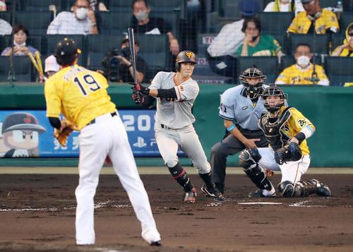 阪神対巨人 3回表巨人2死二塁、若林は中前適時打を放つ(撮影・加藤哉)