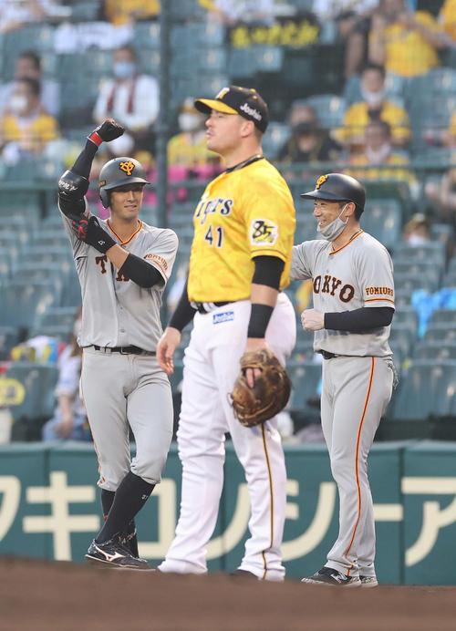 阪神対巨人 3回表巨人2死二塁、先制適時打を放ちガッツポーズを見せる若林(左)。右は古城コーチ、手前は一塁手ボーア(撮影・河野匠)