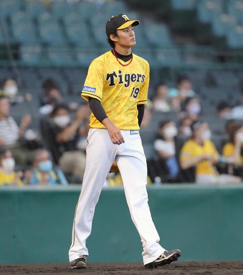 阪神対巨人 3回表巨人2死二塁、若林に適時打を浴び、先制を許す藤浪(撮影・前田充)