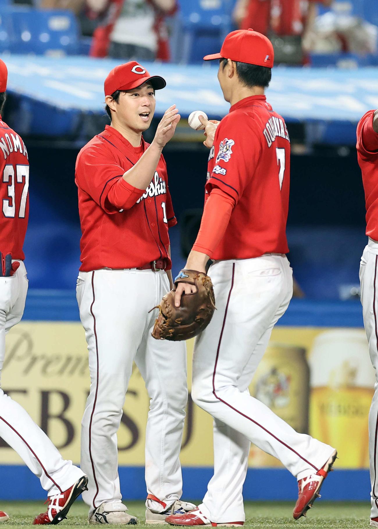 ヤクルト対広島 今季2勝目を挙げた野村(左)は笑顔で、堂林からウイニングボールを受け取る(撮影・浅見桂子)