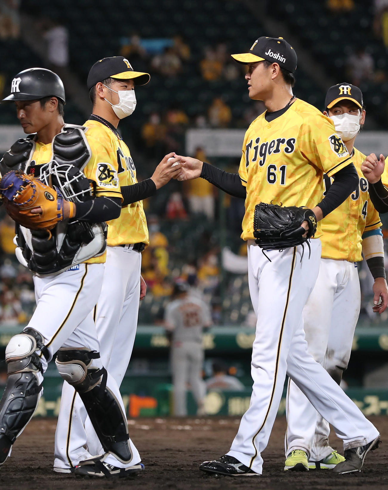 阪神対巨人 巨人に勝利し、望月(右から2人目)から勝利球を受け取る高橋(撮影・前田充)