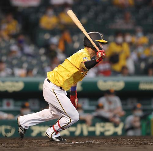 阪神対巨人 4回裏阪神1死一塁、投手強襲の内野安打を放つ木浪(撮影・前田充)