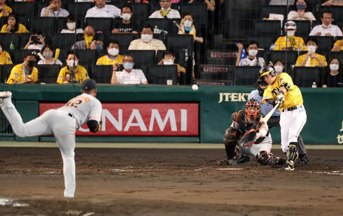 阪神対巨人 4回裏阪神1死二、三塁、植田は右越え適時二塁打を放つ(撮影・加藤哉)