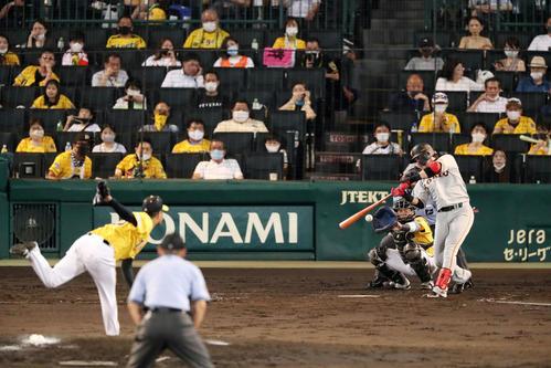 阪神対巨人 5回表巨人2死一、三塁、高橋は代打陽から三振を奪う(撮影・加藤哉)