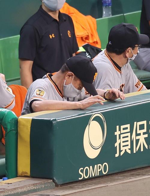 阪神対巨人 8回裏、失点が重なり思わずベンチでがっくりとうつむく原監督(撮影・河野匠)