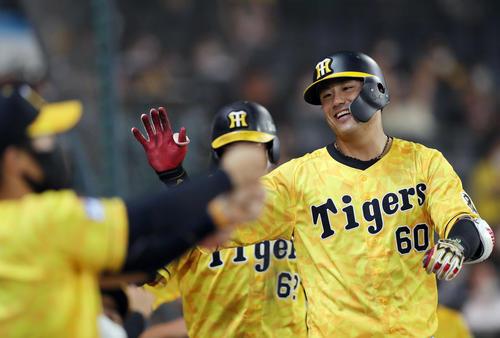 阪神対巨人 8回裏阪神1死満塁、満塁本塁打を放ち、ナインに迎えられる中谷(撮影・前田充)