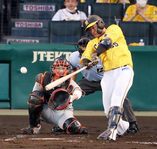 阪神対巨人 3回裏阪神1死、陽川は右中間を破る二塁打を放つ(撮影・加藤哉)