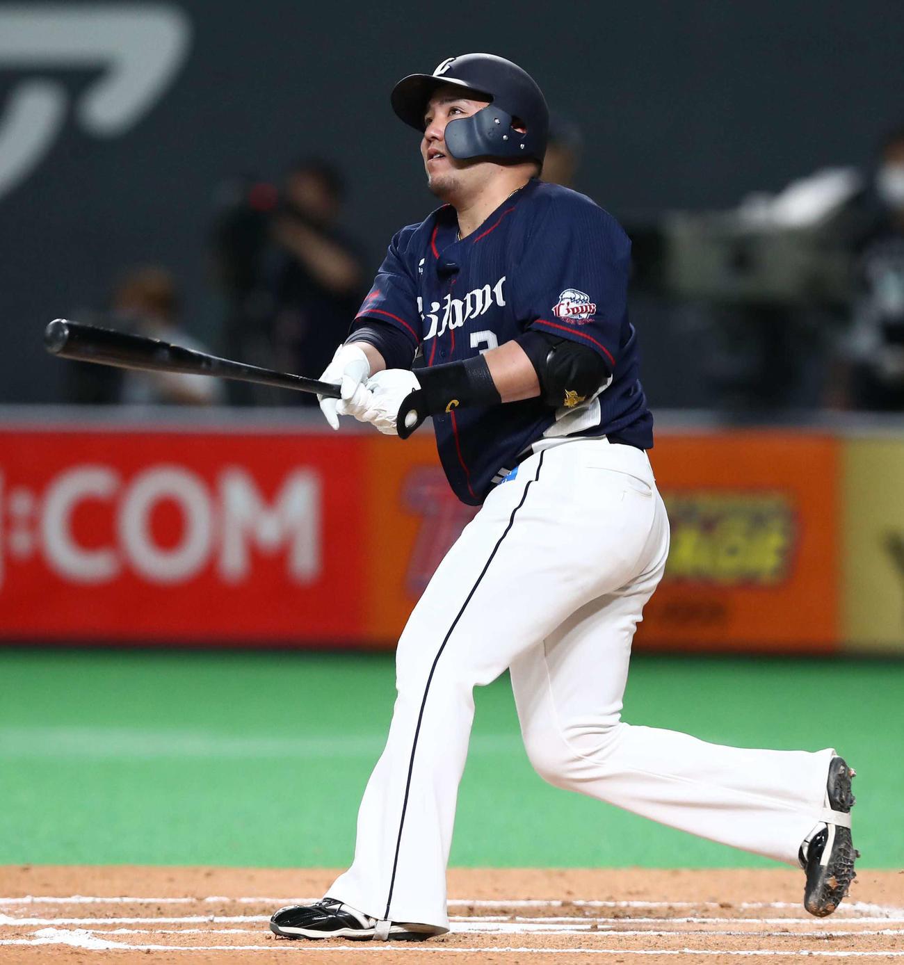 日本ハム対西武 6回表西武1死一塁、左翼ポール直撃の2点本塁打を放つ山川(撮影・黒川智章)