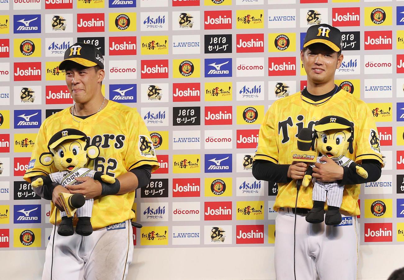 阪神対巨人 笑顔でヒーローインタビューを受ける高橋(右)と植田(撮影・前田充)