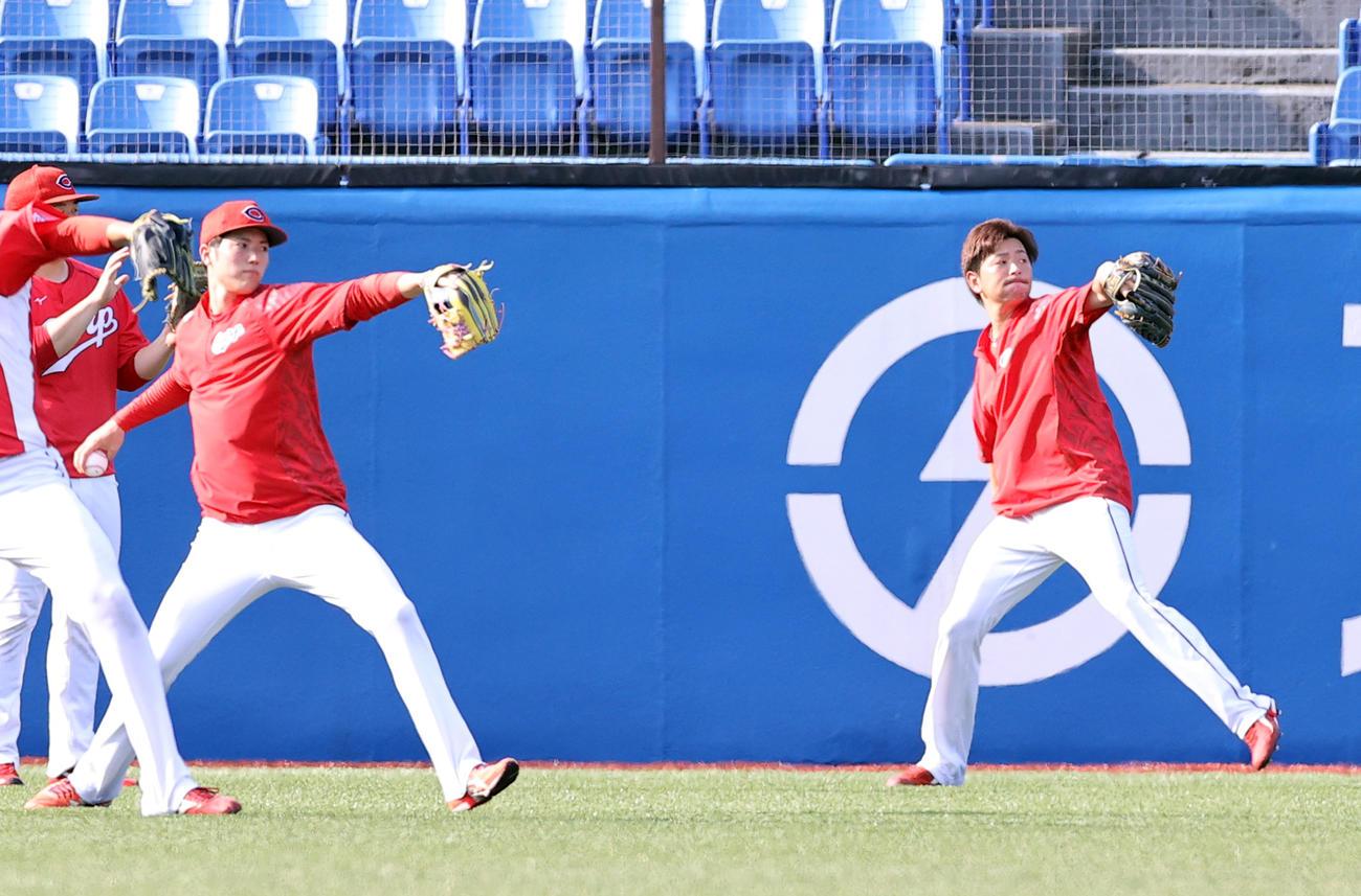 ヤクルト対広島 試合前練習で、シンクロしながらキャッチボールする広島大瀬良(右)と森下(撮影・浅見桂子)