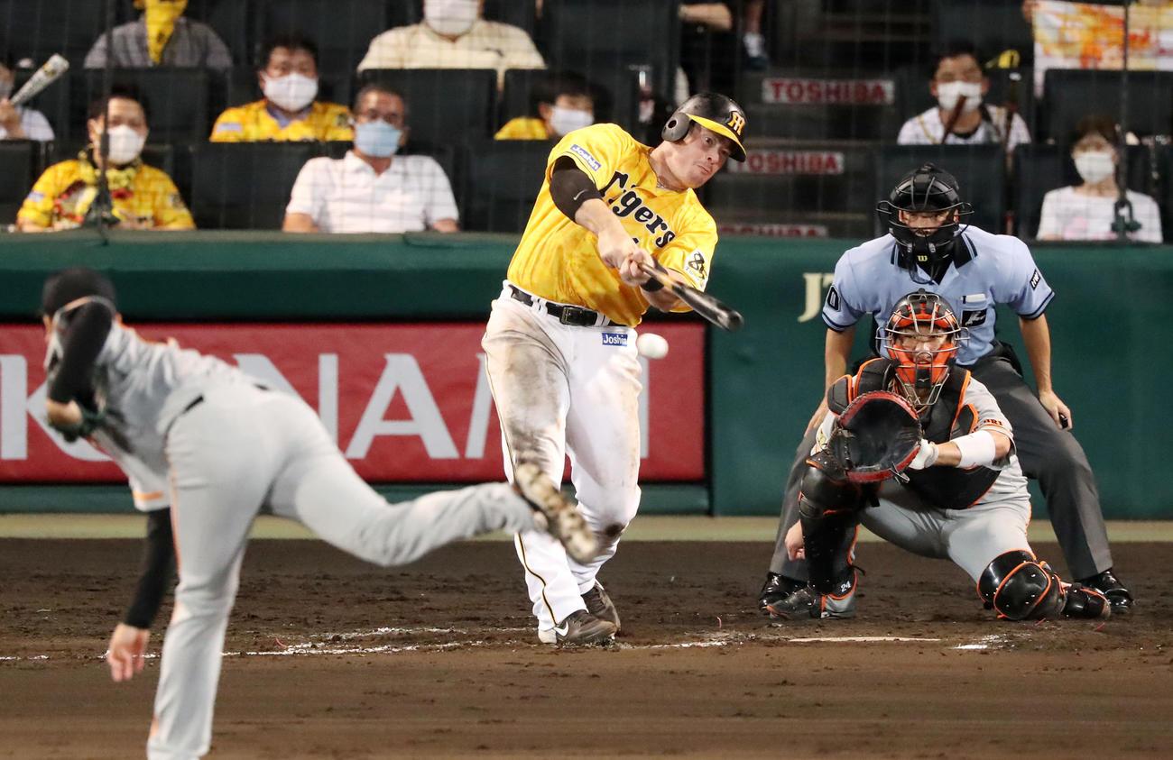 阪神対巨人 8回裏阪神無死一、二塁、ボーアは右線に適時二塁打を放つ(撮影・加藤哉)