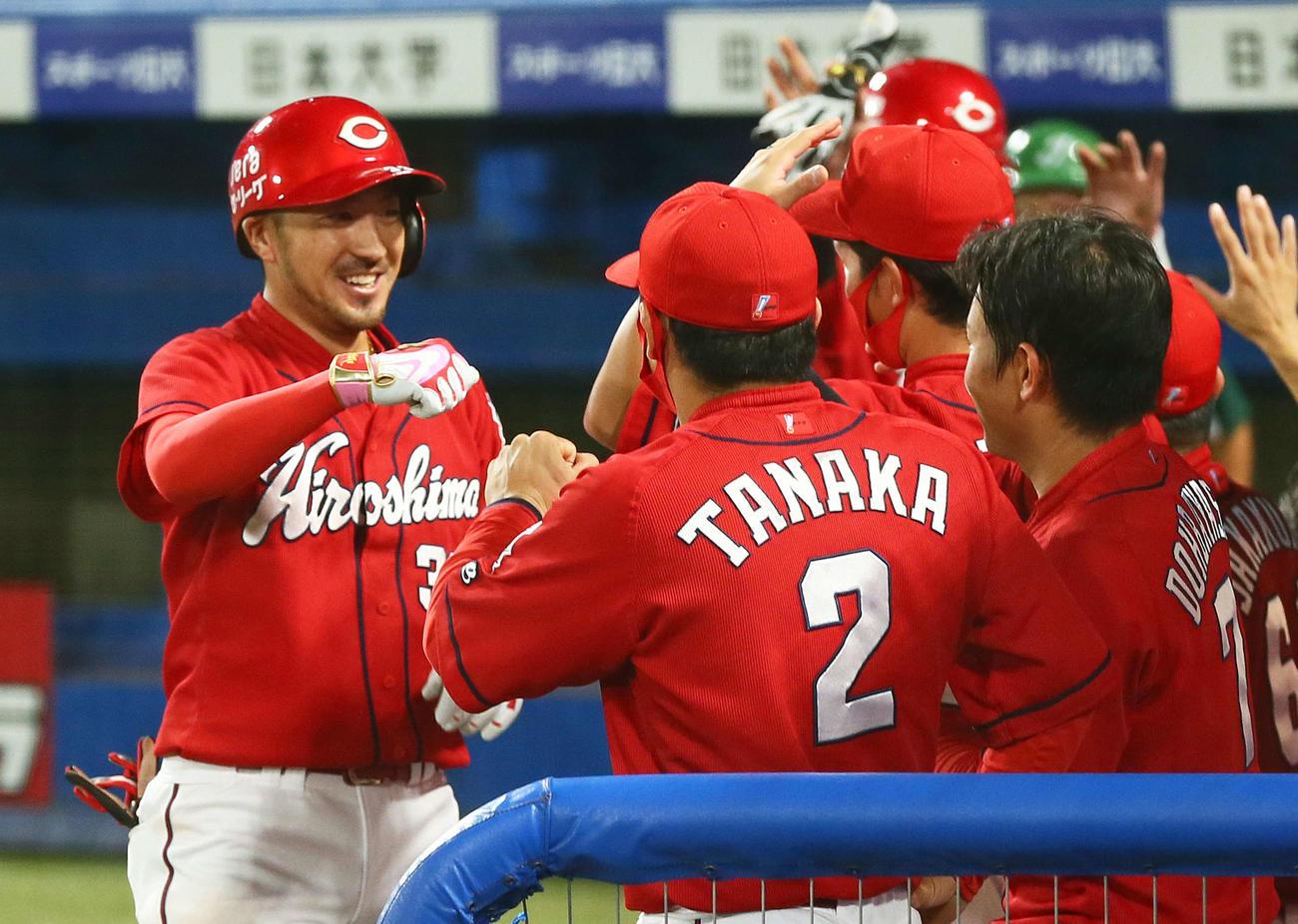 ヤクルト対広島 4回表広島無死一塁、菊池涼は右越え2点本塁打を放ち笑顔でタッチを交わす(撮影・足立雅史)
