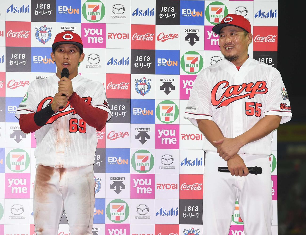 お立ち台でインタビューに答える羽月隆太郎(左)と松山竜平(現場代表)