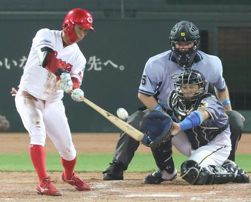 広島対阪神 5回裏広島2死一、二塁、右中間を破る2点適時三塁打を放つ羽月(撮影・清水貴仁)