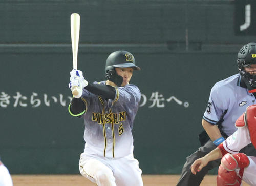 5回表阪神1死一、二塁、左翼線へ適時二塁打を放つ近本光司(撮影・清水貴仁)