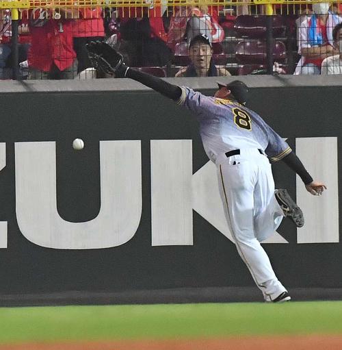 5回裏広島2死一、二塁、羽月隆太郎の打球にグラブをのばすも捕れず2点適時三塁打を許す福留孝介(撮影・上田博志)