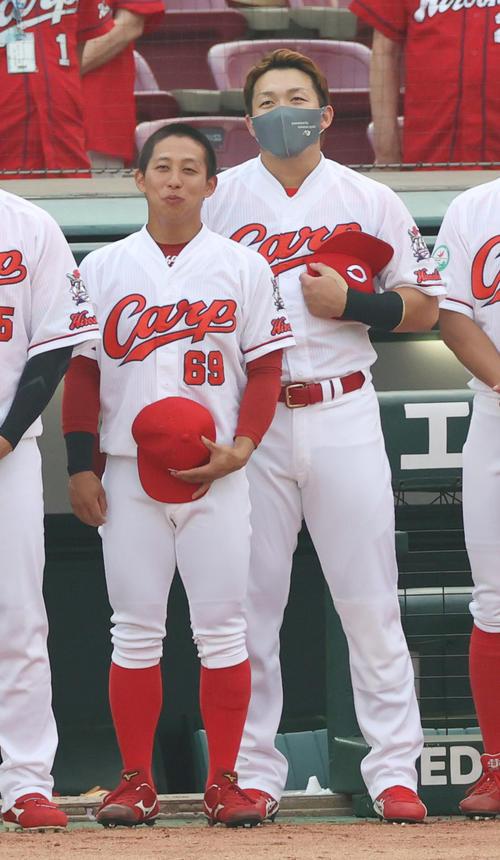 試合前、ベンチ前に整列する羽月隆太郎(左)、鈴木誠也(撮影・清水貴仁)