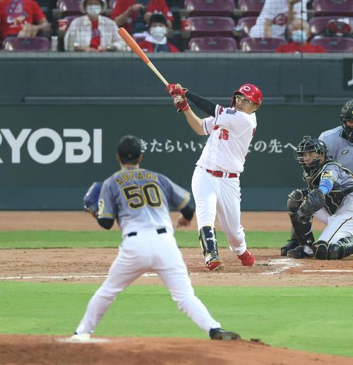 広島対阪神 2回裏広島2死一、二塁、右越え3点本塁打を放つ松山竜平(撮影・清水貴仁)=2020年8月7日、マツダスタジアム