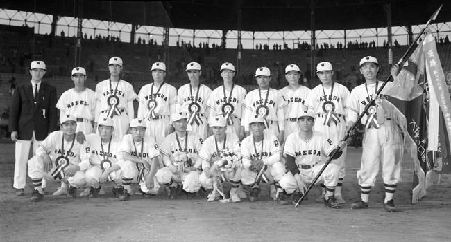 第29回選抜高校野球決勝 初優勝を飾り整列した早実ナイン。優勝旗を持つのは主将の堀江康亘二塁手、前列左端が王貞治投手、前列左から4人目マスコットの子犬を抱くのは宮井勝成監督(1957年4月7日)