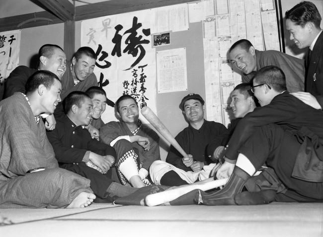 4-0で柳井を破り第1回大会以来の準決勝進出で張り切る早実ナイン。中央バットを持つのは宮井勝成監督、左隣は王貞治(1957年4月5日)