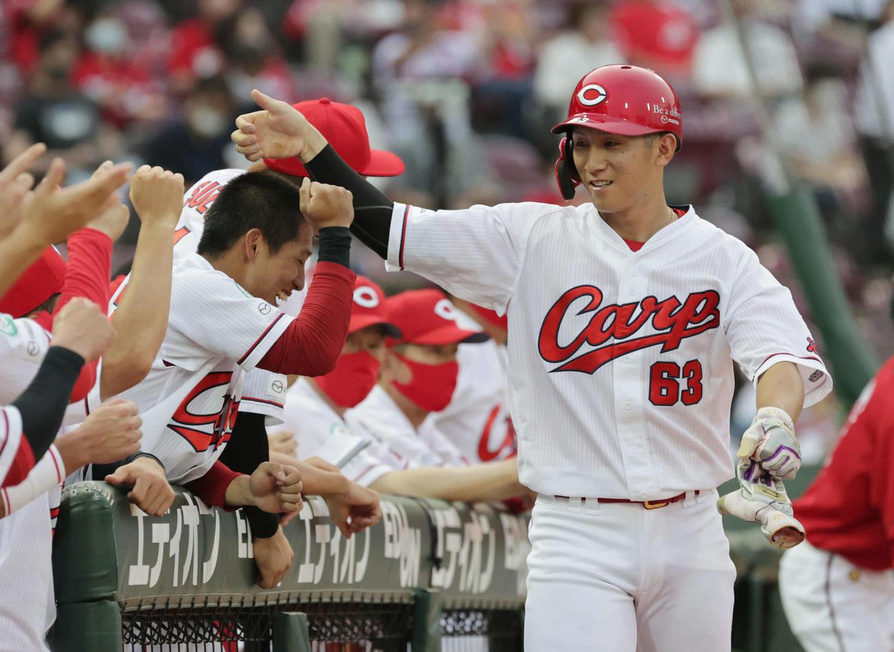 プロ野球広島対阪神6回戦 1回裏広島2死二塁、松山の先制中前適時打で西川が生還。ボコられているのは羽月(撮影・加藤孝規)