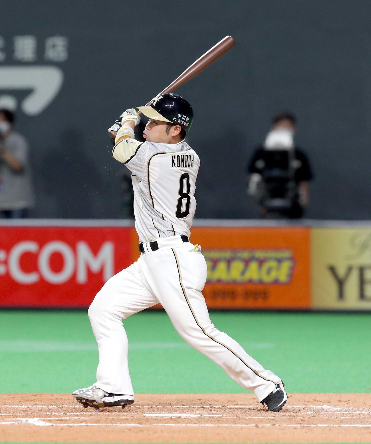 日本ハム対西武 4回裏日本ハム1死、近藤は先制となる右越え本塁打を放つ(撮影・佐藤翔太)