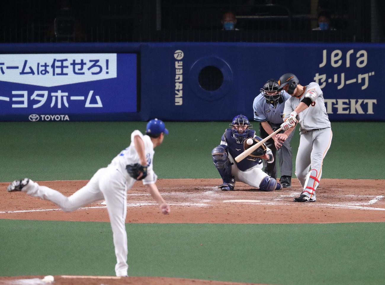 中日対巨人 4回表巨人無死、左越え本塁打を放つ北村拓己(撮影・白石智彦)