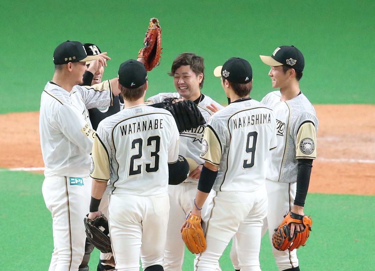 日本ハム対西武 試合後、中田にグラブで頭をたたかれる堀(撮影・黒川智章)