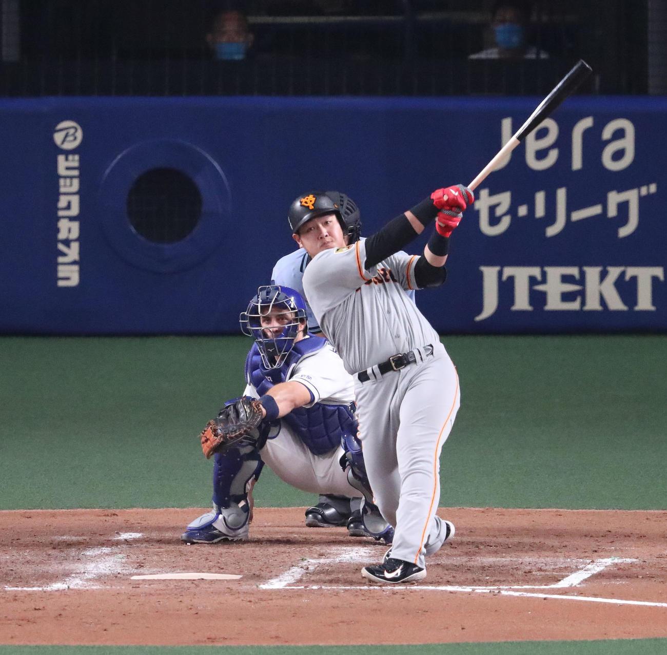 中日対巨人 4回表巨人1死、先制中越え本塁打を放つ岡本和真(撮影・白石智彦)