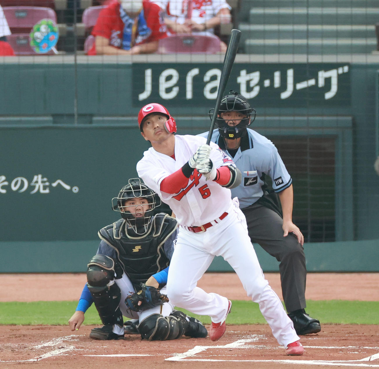 広島対阪神 1回裏広島2死、左中間へ先制本塁打を放つ長野(撮影・清水貴仁)