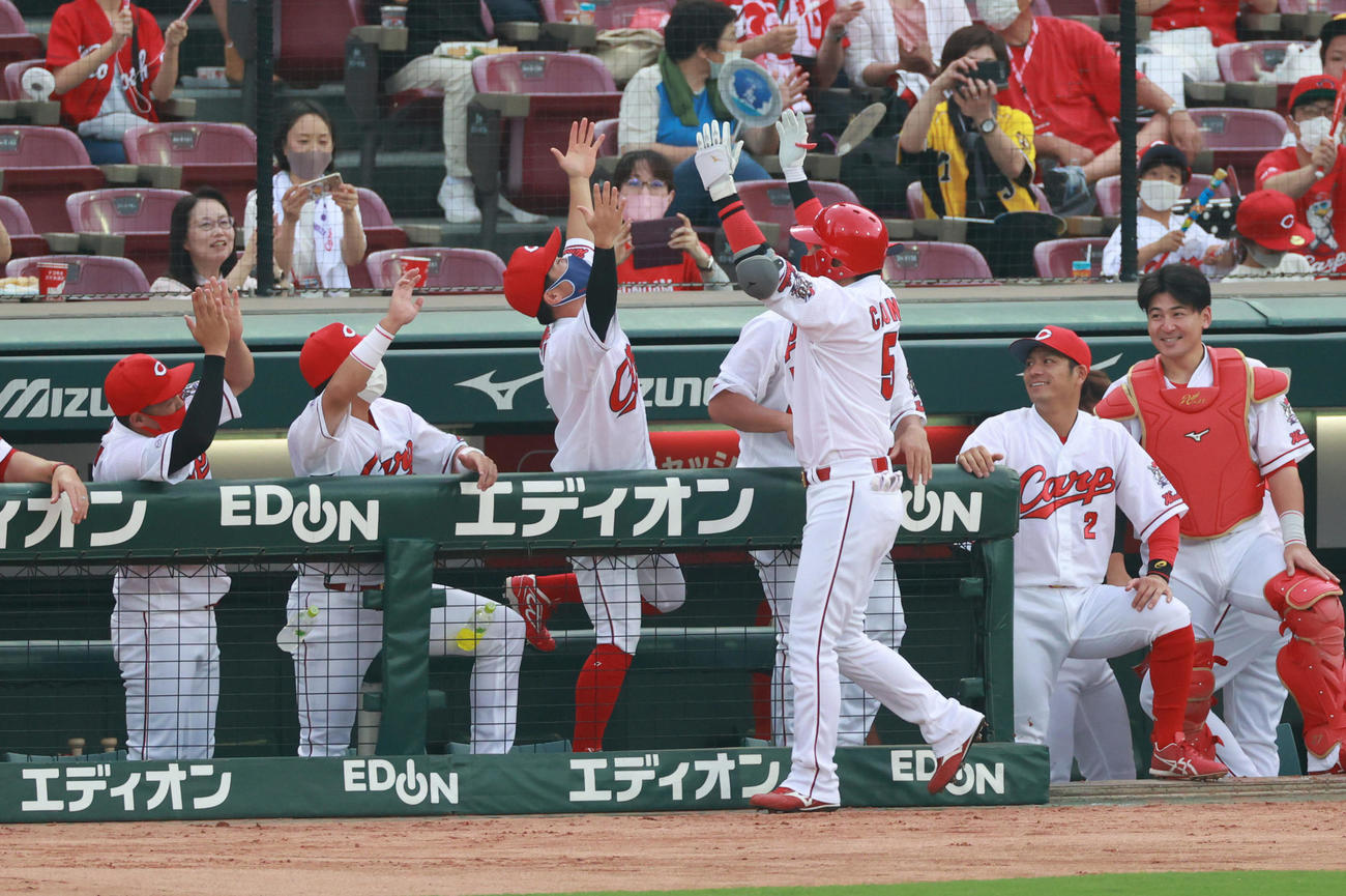 広島対阪神 1回裏広島2死、左中間へ先制本塁打を放ち生還する長野久義(撮影・清水貴仁)