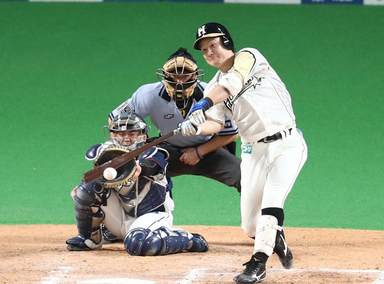 日本ハム対西武 7回裏日本ハム2死満塁、左前2点適時打を放つ渡辺(撮影・黒川智章)