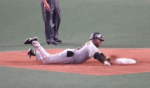 7回表巨人1死二塁、左適時打二塁打を放ち二塁へヘッドスライディングするゼラス・ウィーラー(撮影・白石智彦)