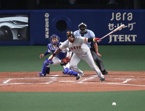 4回表巨人2死一塁、二塁ゼラス・ウィーラーは遊ゴロに終わる(撮影・白石智彦)