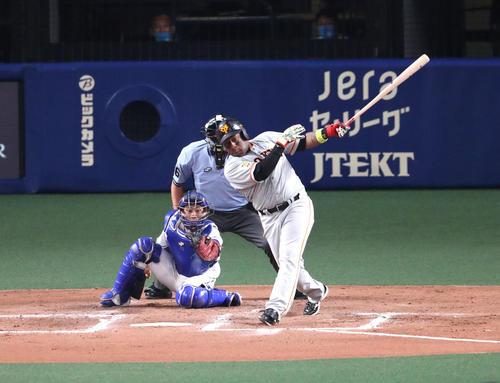 7回表巨人1死二塁、左適時打二塁打を放つゼラス・ウィーラー(撮影・白石智彦)
