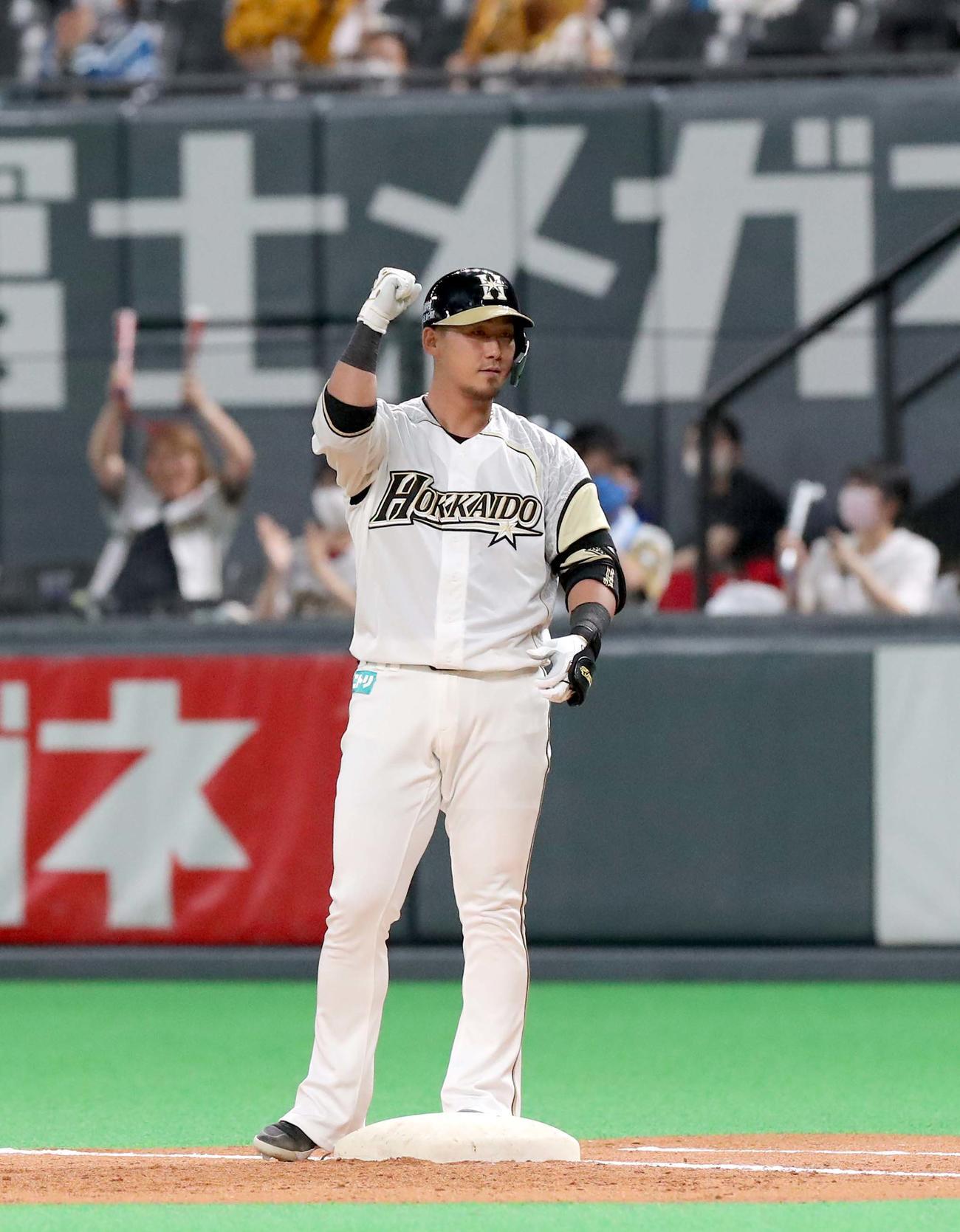 日本ハム対西武 3回裏日本ハム1死二塁、中田は左前適時打を放ちガッツポーズをする(撮影・佐藤翔太)