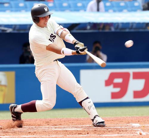 明大対早大 1回裏早大2死三塁、先制の中越え適時二塁打を放つ岩本(撮影・垰建太)