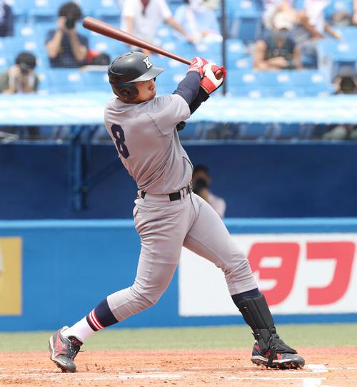 東大対慶大 1回裏慶大1死一塁、右中間に先制の適時三塁打を放つ若林(撮影・垰建太)
