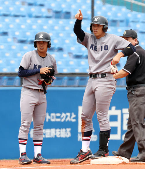 東大対慶大 1回裏慶大1死一塁、先制の適時三塁打を放ちベンチを指さす若林(撮影・垰建太)