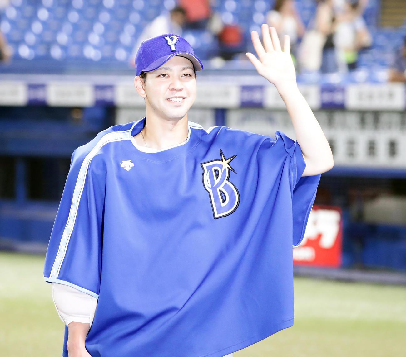 ヤクルト対DeNA 3勝目を挙げた平良は笑顔で手を振る(撮影・浅見桂子)