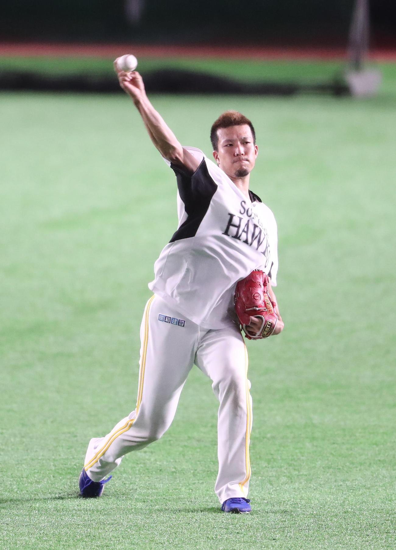 キャッチボールで調整する千賀滉大(撮影・梅根麻紀)