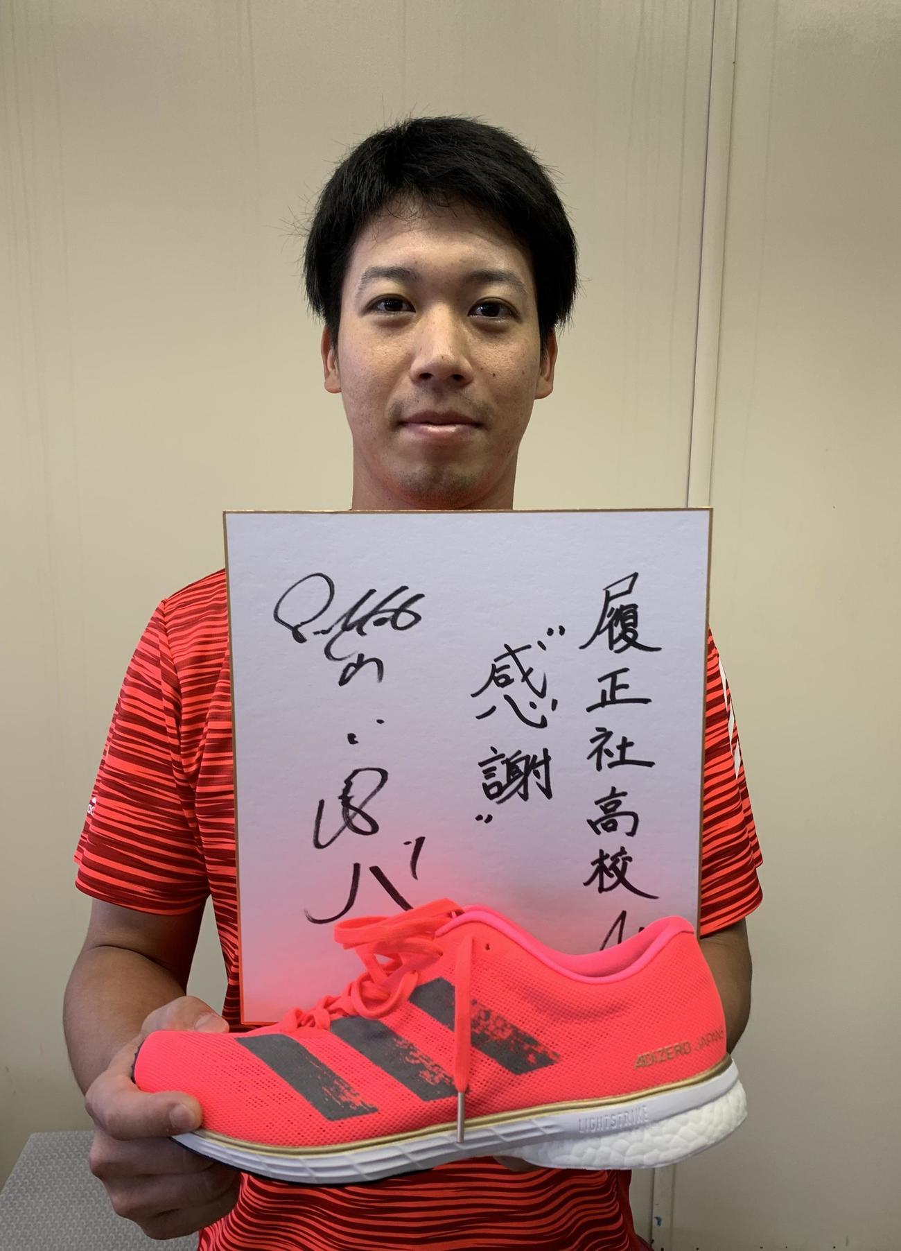 母校履正社の選手へアディダスのランニングシューズを贈ったヤクルト山田哲