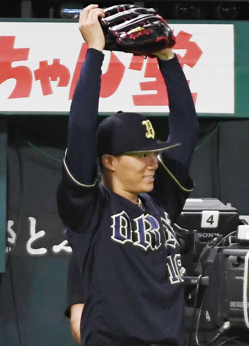 ソフトバンク対オリックス 5回表オリックス1死満塁、先発の山本由伸はT-岡田が逆転の満塁本塁打を放ちベンチ前でグラブを挙げる(撮影・今浪浩三)