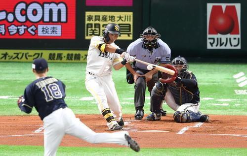ソフトバンク対オリックス 1回裏ソフトバンク1死一塁、中村晃は右越えに先制2点本塁打を放つ(撮影・梅根麻紀)